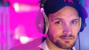 Alexander Heeren met koptelefoon als voice-over en videograaf
